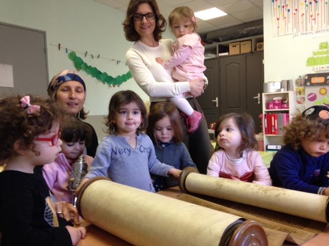 la Torah se déroule devant leurs yeux émerveillés